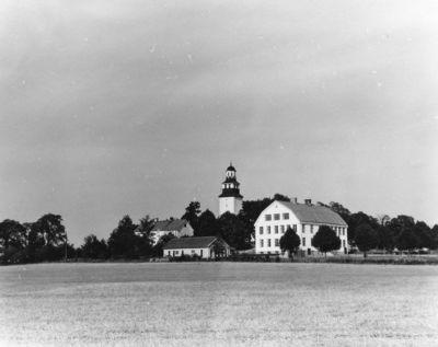 Stora aby kyrka med skolan till hoger