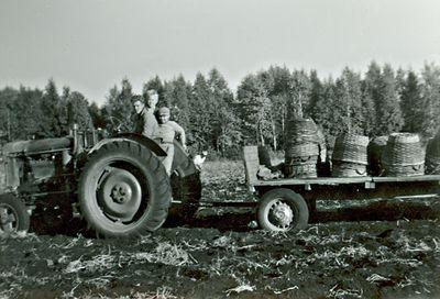Traktor med korgar pa mossen