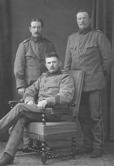 Tre man i militaruniform i aryd