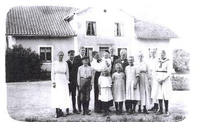 Familjen wasen utanfor prastgarden i svanshals 1918