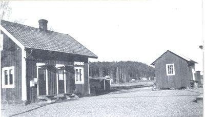 Ombergs station lag vid kanten av dags mosse