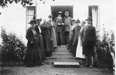 En samling personer pa gatugardens trappa 22